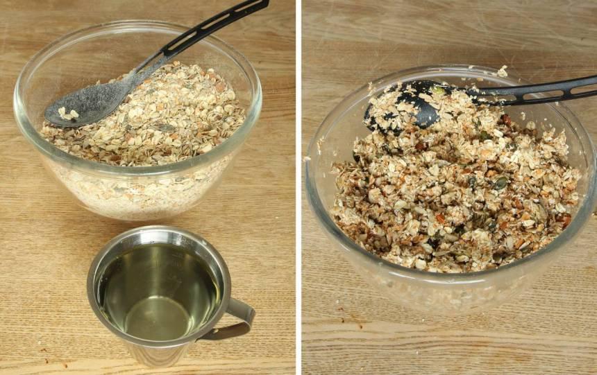 2. Blanda vatten och rapsolja i en skål. Häll det över de torra ingredienserna och blanda ordentligt.