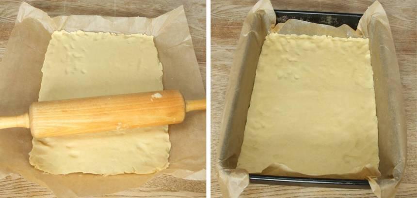 2. Kavla ut degen ca 30 x 40 cm på ett bakplåtspapper och lägg det i en form med samma storlek.