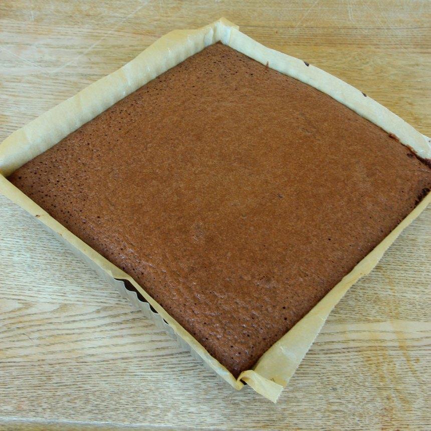 3. Grädda kakan mitt i ugnen i ca 25 min. (Ta ut kakan och grädda sedan ytterligare 5 min enligt punkt 4).