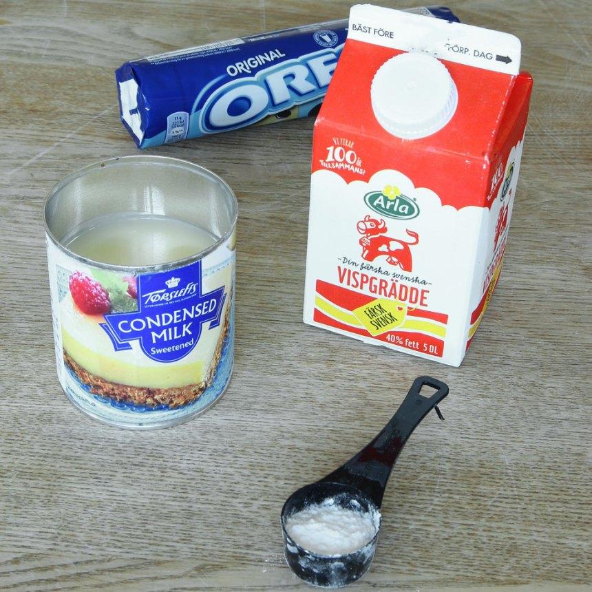 1. Ta fram vispgrädde, vaniljsocker, sötad kondenserad mjölk och Oreokakor.