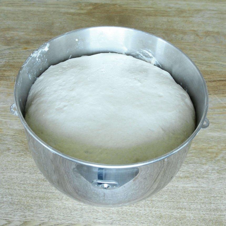 1. Smula ner jästen i en bunke och tillsätt mjölken. Rör om tills jästen lösts upp. Tillsätt smör, salt, sirap, rågsikt och vetemjöl, lite i taget. Blanda ihop allt ordentligt och knåda degen kraftigt i några minuter. Låt degen jäsa under bakduk i ca 45 min.