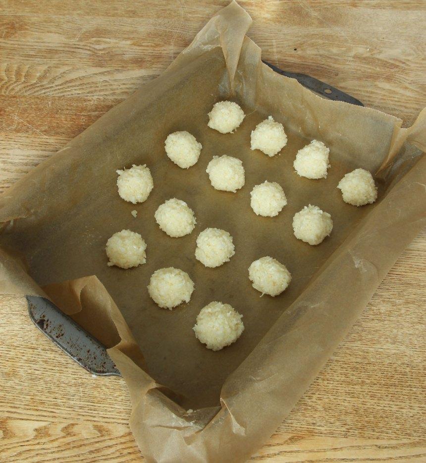 2. Rulla bollar av degen och lägg dem i en plåt eller på en tallrik med bakplåtspapper. Ställ bollarna i frysen i ca 30 min, tills de är ordentligt kalla.