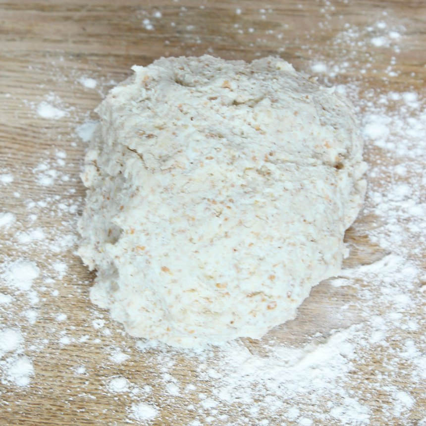 1. Sätt ugnen på 250 grader. Nyp ihop smöret med de torra ingredienserna. Tillsätt filmjölken och blanda ihop allt till en kladdig deg. Rulla den kladdiga degen ett varv i vetemjöl så den inte klibbar fast på bordet och i händerna.