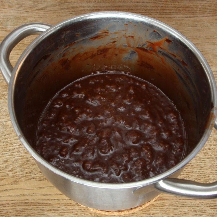 Häll smeten i en form med kanter, ca 12 x 16 cm, klädd med bakplåtspapper. Låt den svalna. Ställ den i kylen i ca 1 tim. Skär den i bitar med en vass kniv.