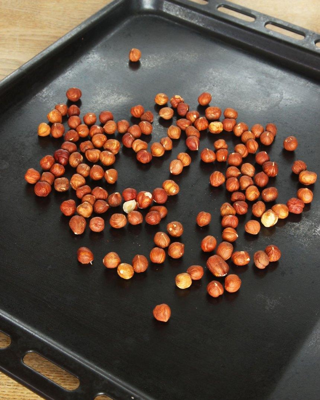 1. Sätt ugnen på 180 grader. Rosta hasselnötterna på en plåt mitt i ugnen i ca 10 min.