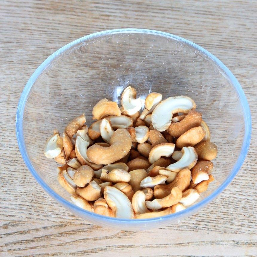 1. Bryt isär cashewnötterna till 2 delar om de sitter ihop. Bryt söner en del av nötterna till mindre bitar.
