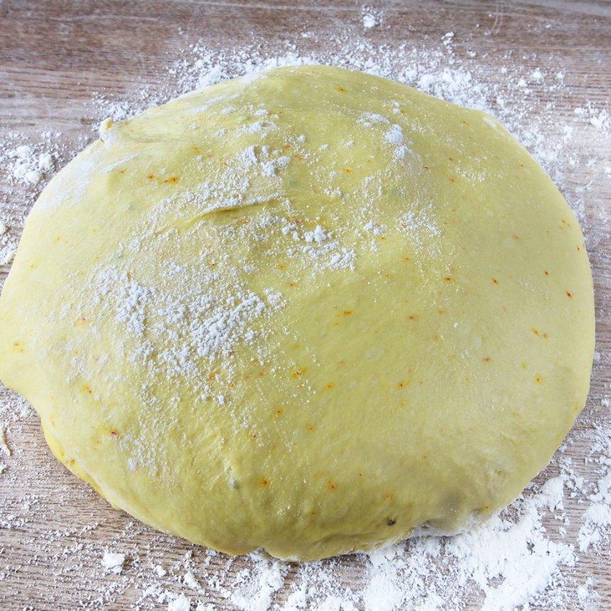 1. Mortla saffran och strösocker. Smula ner jästen i en bunke. Tillsätt mjölk och blanda tills jästen lösts upp. Tillsätt saffran, strösocker, kardemumma, salt, ägg, smör och vetemjöl, lite i taget. Knåda degen i några minuter. Låt den jäsa under bakduk i ca 50 min.