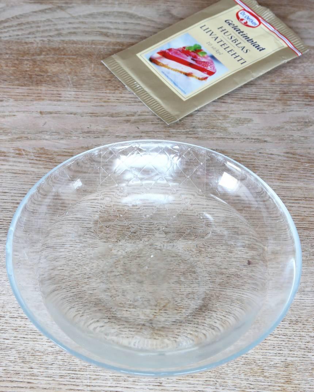 1. Lägg gelatinbladen i kallt vatten i 5–8 min.