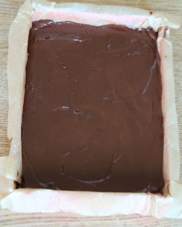 3. Bred ut smeten i en form, 24 x 32 cm, klädd med bakplåtspapper (eller i två mindre formar, ca 12 x 16 cm). Strö över flingsalt. Låt den stelna i kylen. Skär i rutor med en vass kniv.