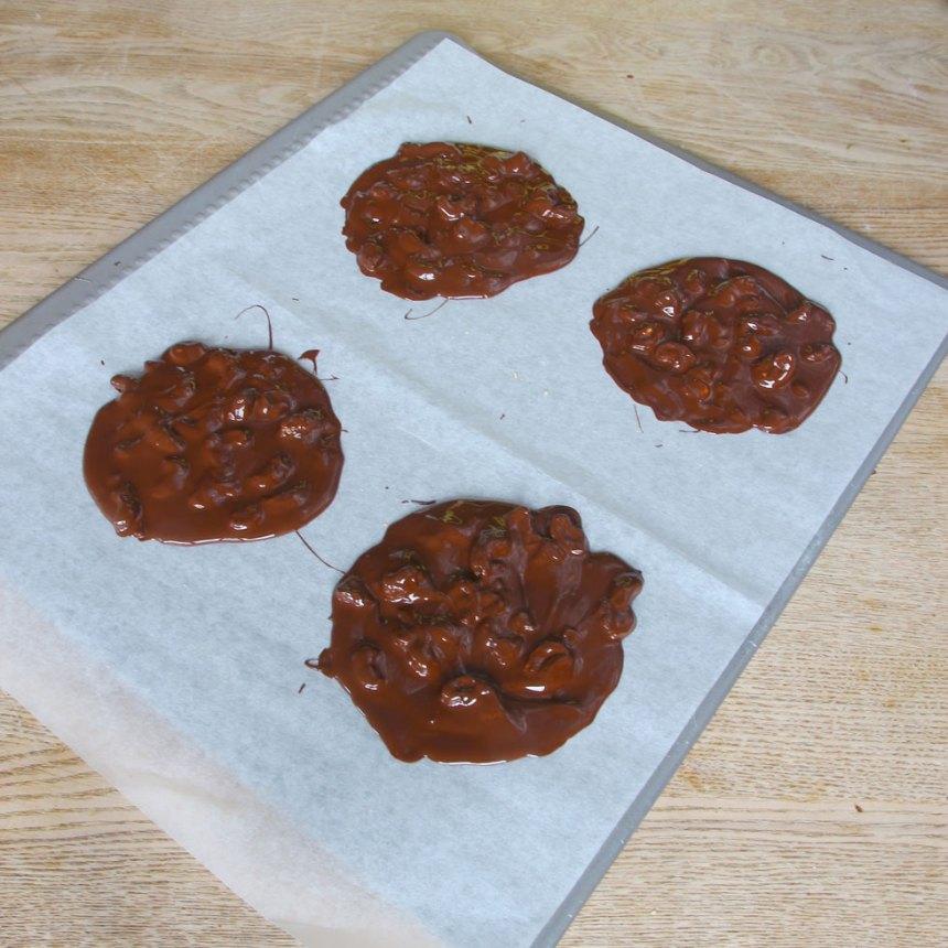 4. Klicka ut chokladen till 4 runda plattor på ett bakplåtspapper.