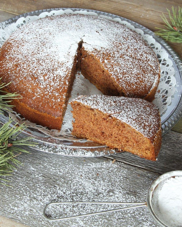 5. Pudra gärna florsocker över kakan före servering.