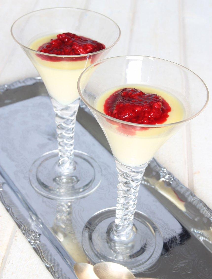 5. Lägg 1–2 msk hallonröra på pannacottan i glasen.