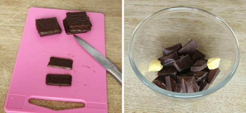 2. Skär After Eight-plattorna i bitar. Bryt chokladen i bitar och lägg allt i en skål. Tillsätt smöret.
