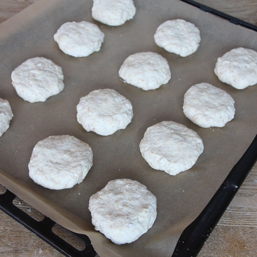 4. Forma runda bullar med mjölade händer. Lägg bullarna på en plåt med bakplåtspapper och platta till dem.