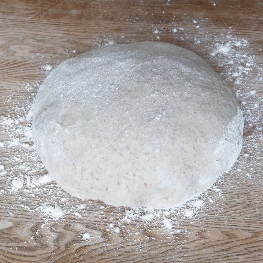 1. På kvällen: Smula ner jästen i en bunke och tillsätt mjölken. Rör om tills jästen lösts upp. Tillsätt olja, salt, grahamsmjöl, rågmjöl och vetemjöl, lite i taget. Blanda ihop allt ordentligt och knåda degen kraftigt i några minuter. Låt degen jäsa övertäckt i kylen över natten.