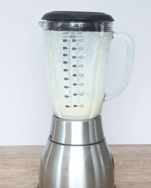 2. Mixa bananerna och mjölk, tillsätt lite i taget, i en mixer. Om glassen hinner bli för mjuk och smälta under mixningen så ställer man in glassen i frysen en stund. Rör om då och då så den blir jämnt frusen. Ät glassen direkt när den frusit till en krämig mjukglasskonsistens. Pudra eventuellt över lite kanel före servering.