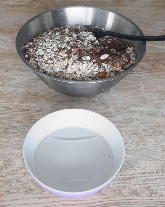 2. Blanda vatten och rapsolja i en skål.