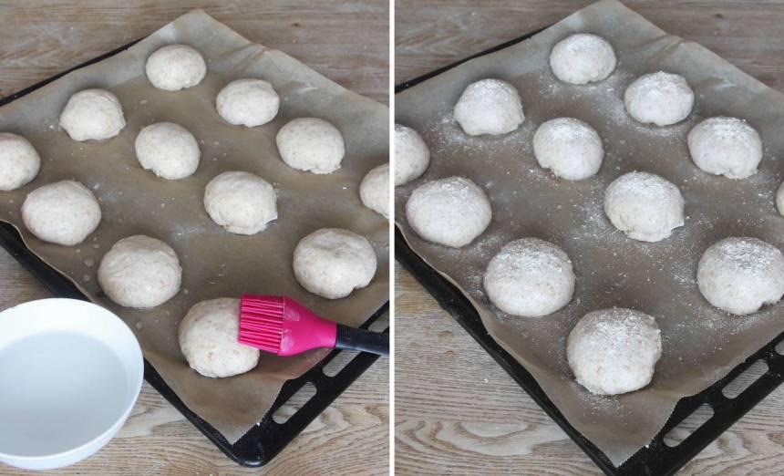 4. Pensla bollarna med vatten och strö över lite grahamsmjöl.