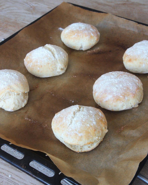 5. Grädda bröden mitt i ugnen i 9–11 min. Låt dem svalna på plåten. Njut av de nybakade bröden med smör och ost eller något annat gott pålägg.