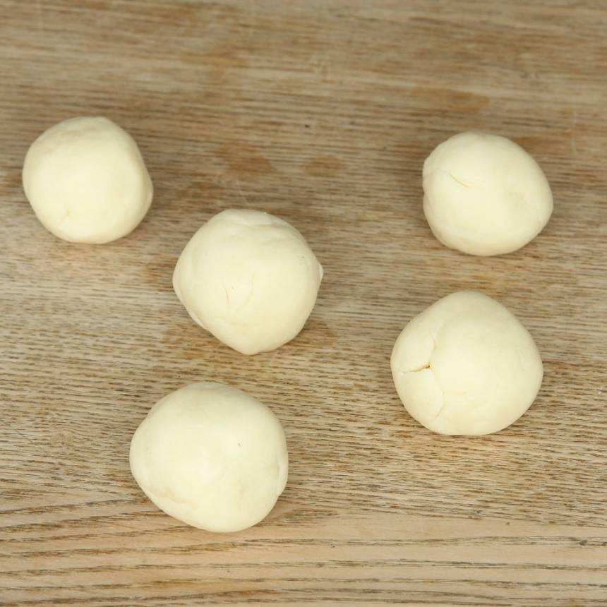 2. Dela degen i ca 20 bitar. Rulla dem till bollar.