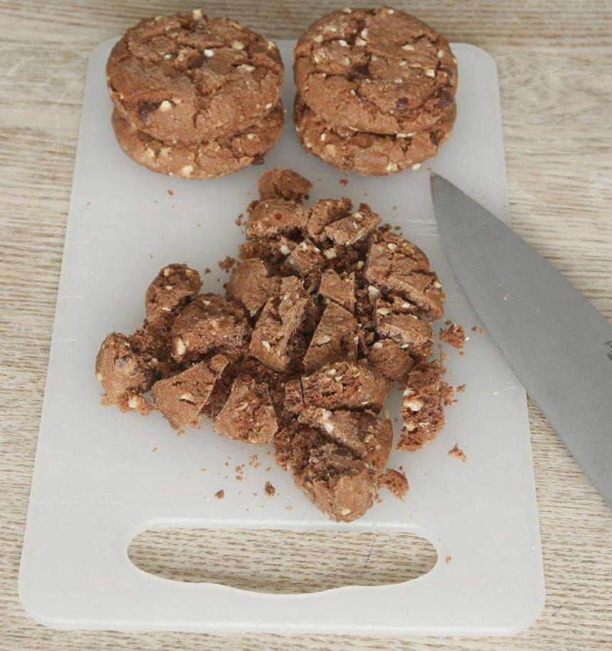 3. Skär kakorna i mindre bitar. Blanda ner dem i glassmeten (spar lite till garnering).