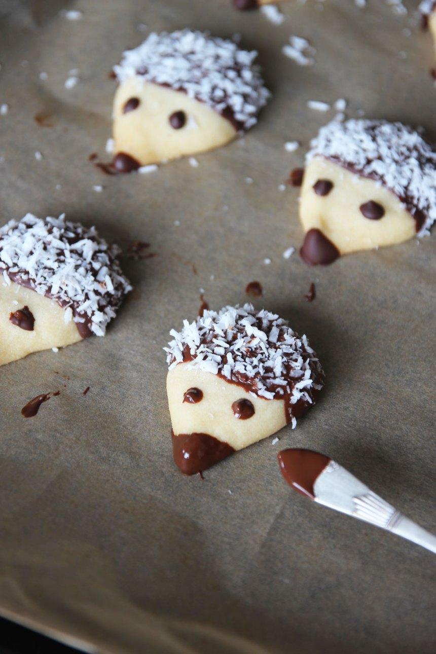 7. Doppa baksidan på en tesked i smält choklad och gör ögon på kakorna. Låt chokladen stelna (eventuellt i kylen). Förvara kakorna i en burk med tätslutande lock.