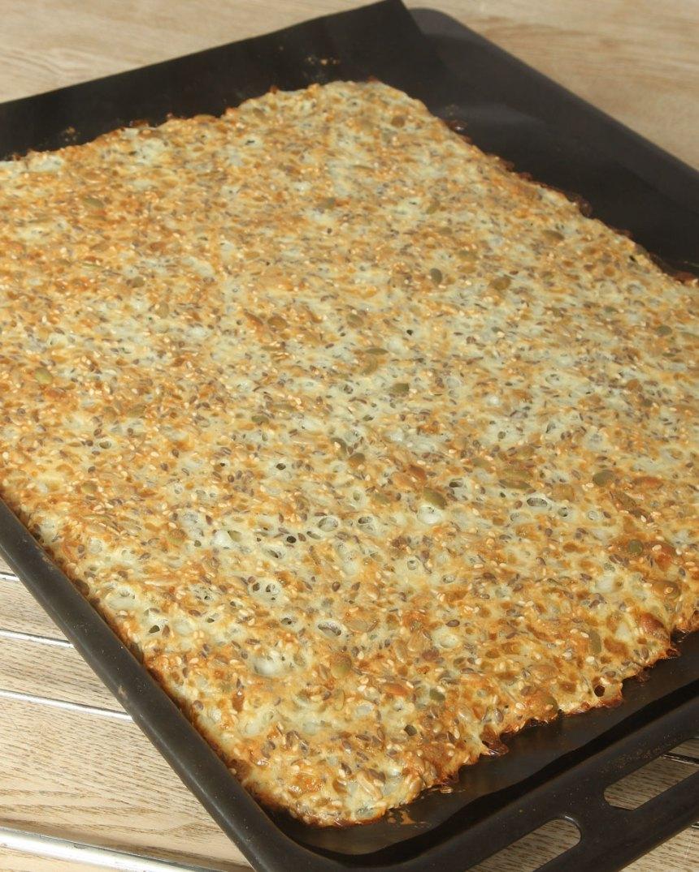 4. Grädda brödet mitt i ugnen i 18–20 min. Låt det svalna på plåten. Skär brödet i rutor med en vass kniv eller klipp med en sax. Brödet går bra att frysa in.