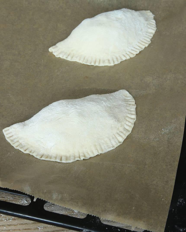 6. Lägg pirogerna på en plåt med bakplåtspapper och låt dem jäsa under bakduk i ca 20 min. Sätt ugnen på 250 grader.