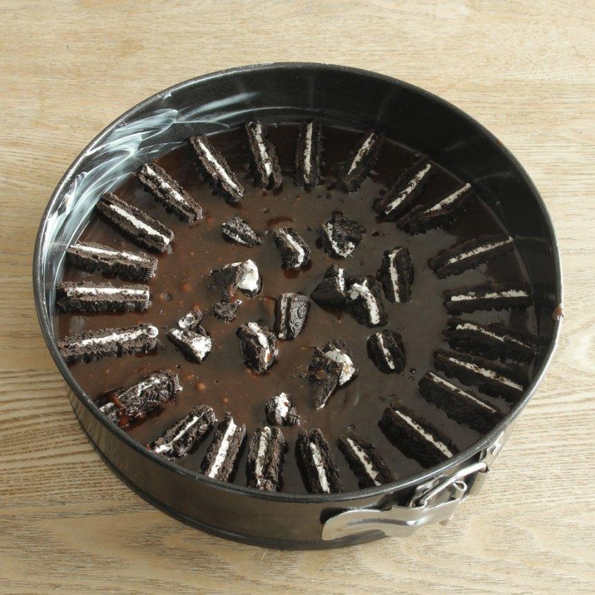 4. Stick ner kakhalvorna i smeten med den skurna sidan upp.