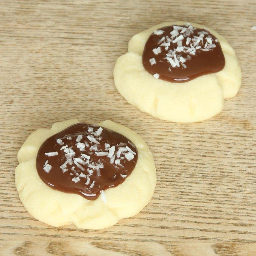 5. Bred ut smält choklad på kakan med en tesked. Strö över kokos. Låt chokladen stelna (gärna i kylen).