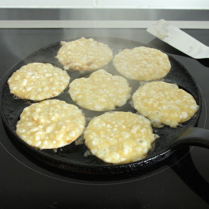 3. Värm upp ett plättlagg eller en stekpanna. Stek plättarna i smör på medelvärme i 2–3 min på första sidan. Börja stek på medelvärme och sänk sedan till svag värme när de fått färg.