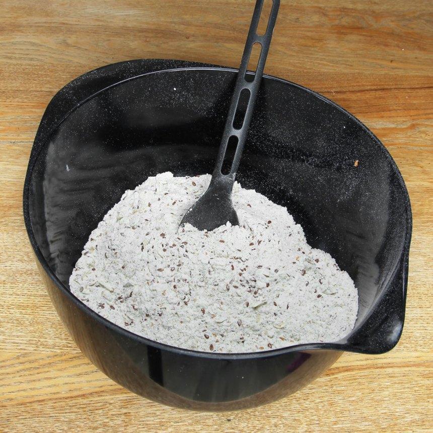 1. Sätt ugnen på 180 grader. Blanda alla torra ingredienser i en bunke.