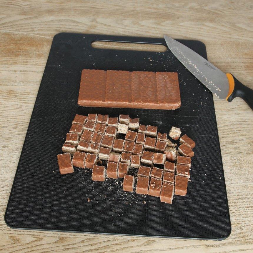 2. Skär kexchokladen i mindre bitar. Blanda ner dem i glassmeten.