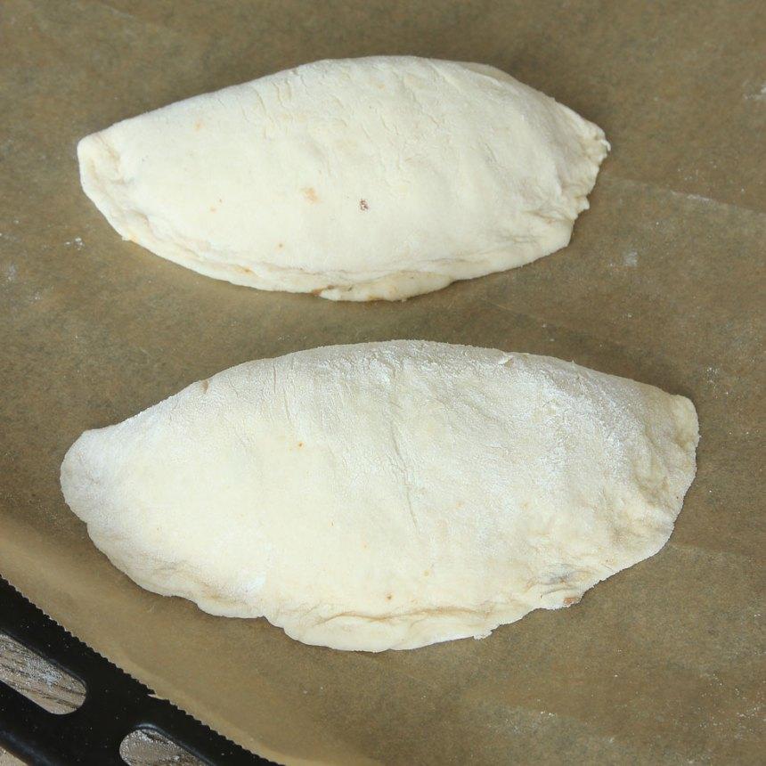 5. Lägg pirogerna på en plåt med bakplåtspapper och låt dem jäsa under bakduk i ca 20 min. Sätt ugnen på 250 grader.