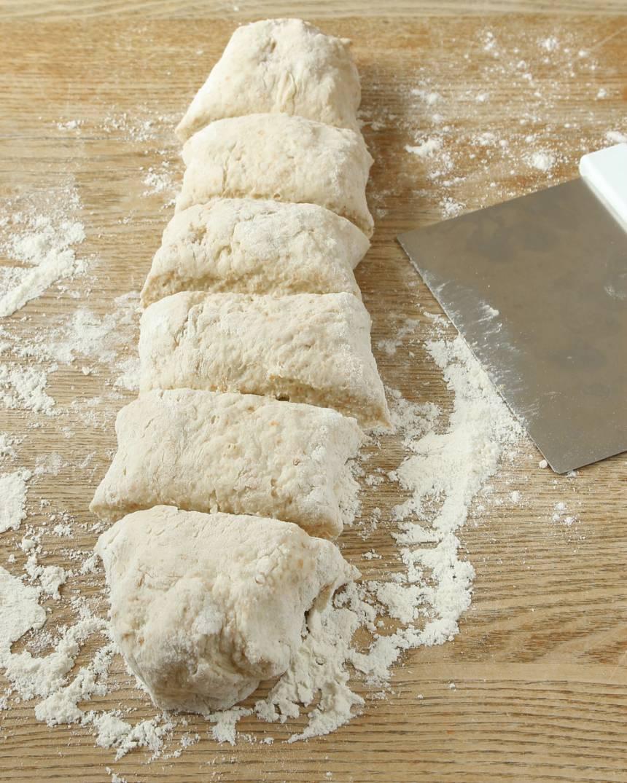 2. Dela degen i två bitar. Rulla ut dem till längder och dela varje längd i 6 bitar.