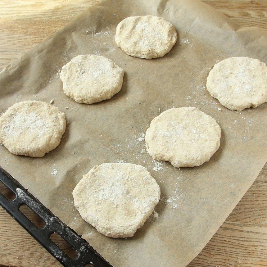 3. Rulla bollar av degen med mjölade händer. Tryck ut dem till runda kakor, ca 1 ½ cm tjocka.