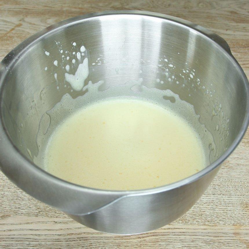 3. Vispa äggen fluffiga med en elvisp.