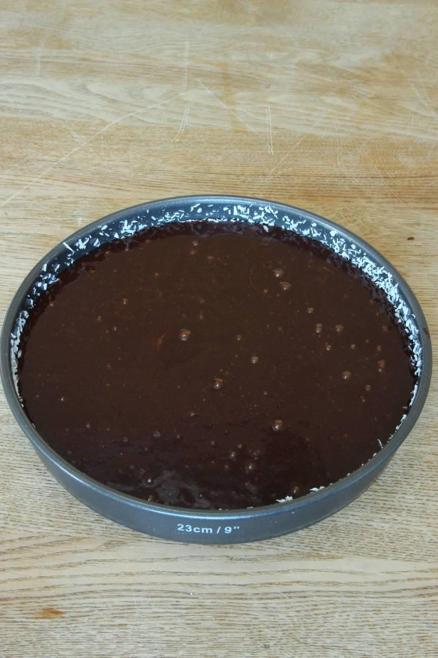 2. Häll smeten i en smord och bröad rund form med avtagbar kant, ca 24 cm i diameter (bröa med ströbröd eller kokos).