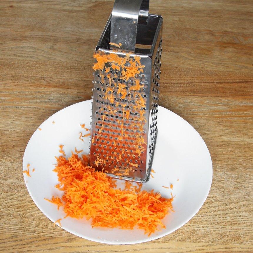 2. Riv morötterna fint.