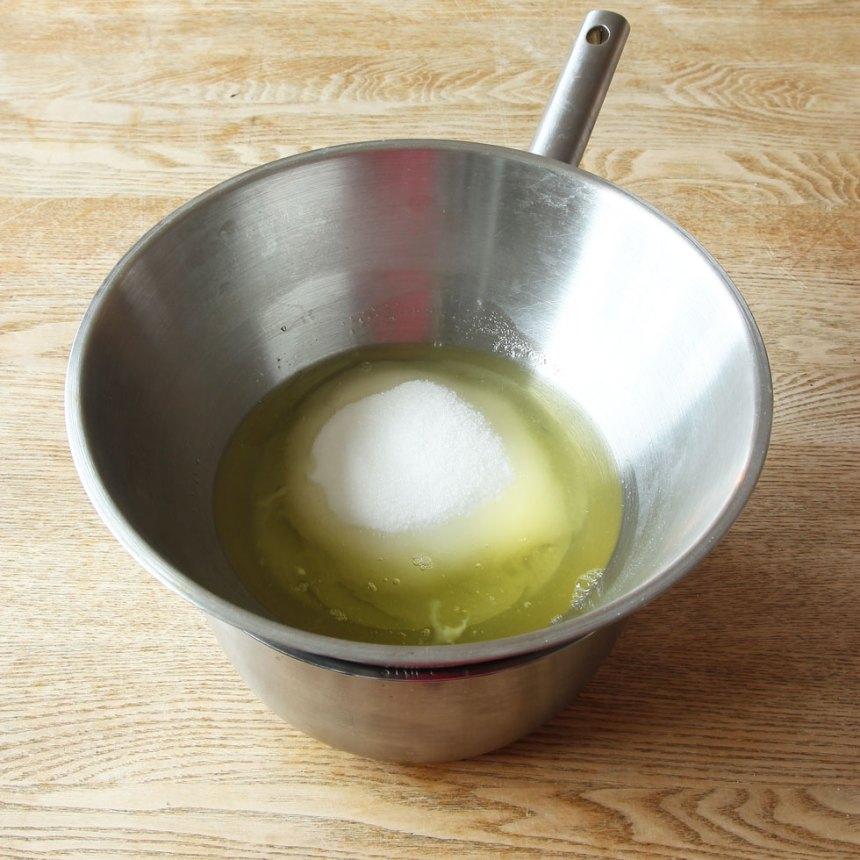 2. Häll äggvitorna och strösockret i en rostfri skål (eller glas).