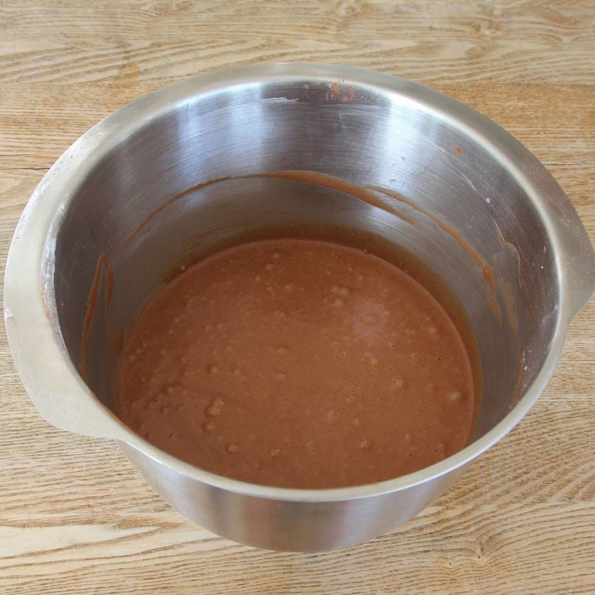 1. Sätt ugnen på 225 grader. Vispa ägg och strösocker fluffigt. Blanda ihop de torra ingredienserna och rör ihop det med äggsmeten, mjöl och smör till en slät smet.