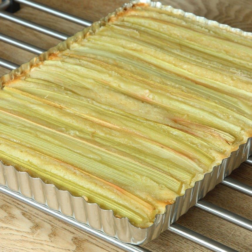 7. Grädda kakan mitt i ugnen i 28–35 min beroende på hur kladdig du vill ha den. Låt den svalna i formen. (Obs! Gräddningstiden är lite längre än en vanlig, rund kladdkaka för denna innehåller mer smet). Pudra över florsocker före servering. Servera gärna med lättvispad grädde eller vaniljglass.