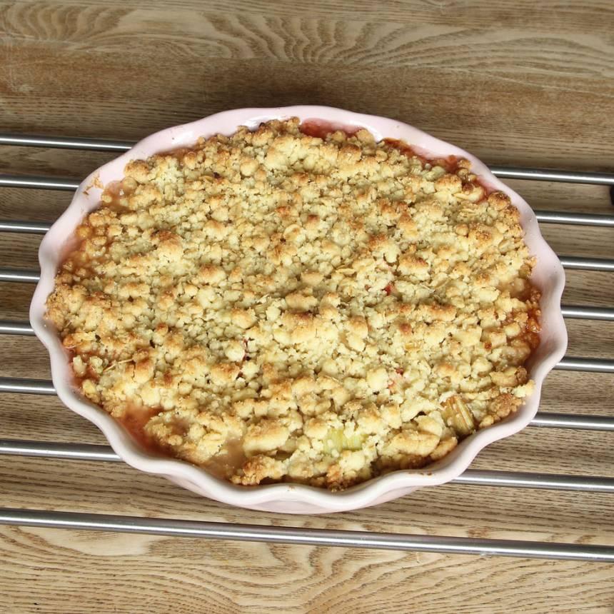 5. Grädda pajen längst ner i ugnen i 26–30 min. Låt den svalna i formen. Servera med vaniljsås eller vaniljglass.