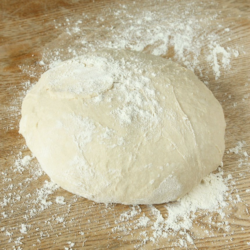 1. Smula ner jästen i en bunke. Tillsätt mjölken och blanda tills jästen lösts upp. Tillsätt salt, rapsolja, rågsikt och vetemjöl, lite i taget. Rör ihop allt till en smidig deg och knåda den i några minuter. Låt degen jäsa under bakduk i ca 45 min.