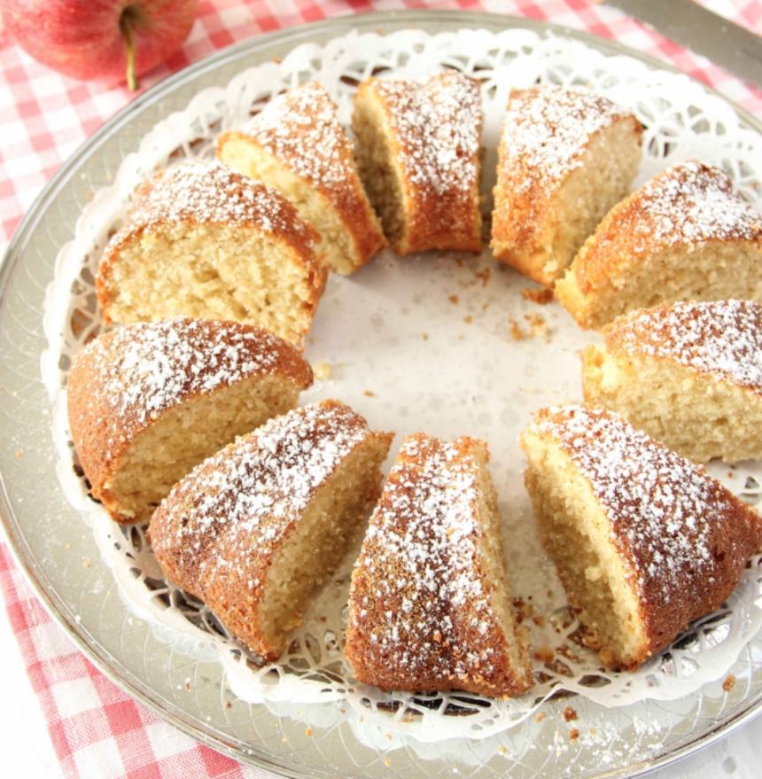 Baka en saftig äppelsockerkaka med kanel –klicka här för recept!
