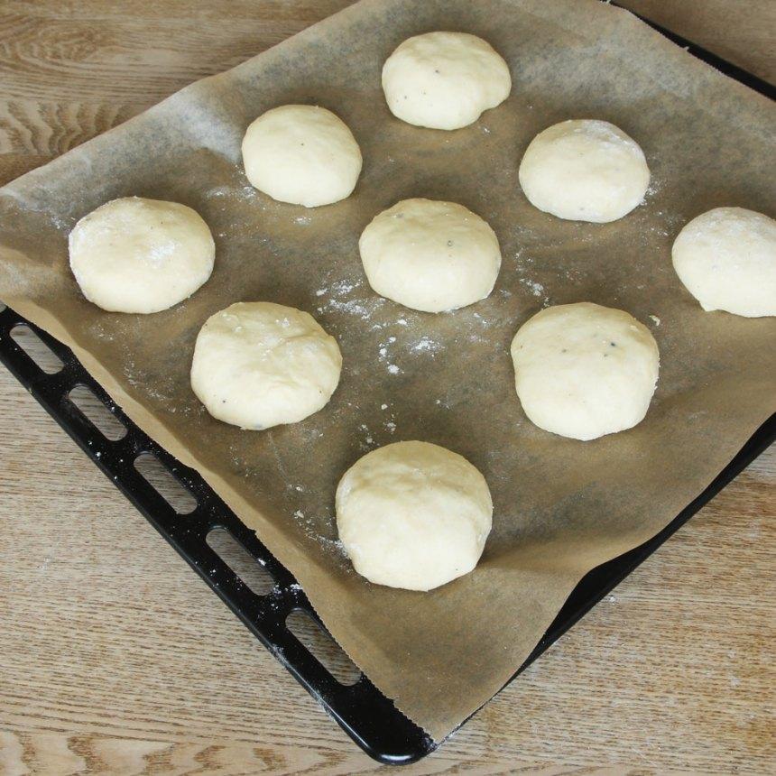 5. Lägg bullarna med skarven nedåt på en plåt med bakplåtspapper. Låt dem jäsa under bakduk i ca 30 min. Sätt ugnen på 250 grader. Pensla bullarna med uppvispat ägg.