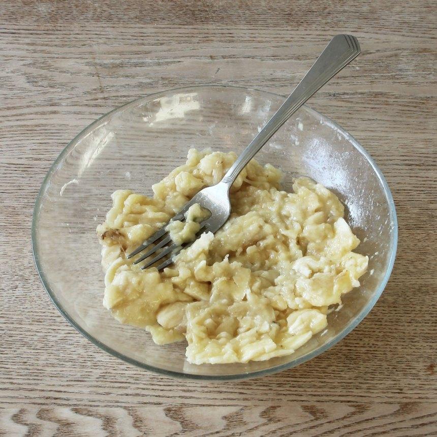 1. Mosa bananerna med en gaffel.