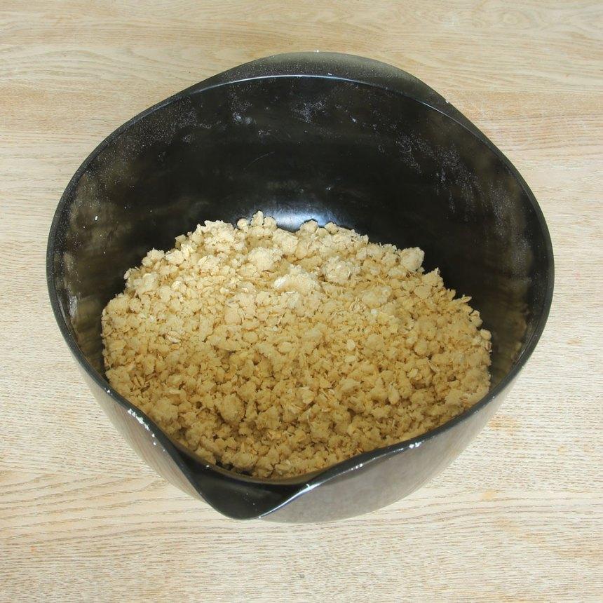 1. Sätt ugnen på 200 grader. Smuldeg: Blanda alla torra ingredienser i en bunke. Nyp ihop dem med med smöret med fingrarna till en smulig deg.