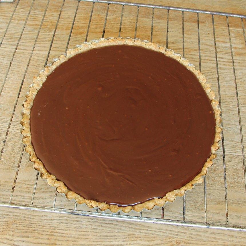5. Häll chokladkolakrämen på pajbottnen. Låt den svalna. Ställ den i kylen för att stelna i ett par timmar.