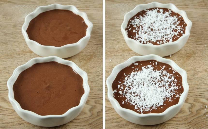 2. Häll smeten i två mindre skålar, ca 12 cm i diameter (eller i en större). Strö över kokos.